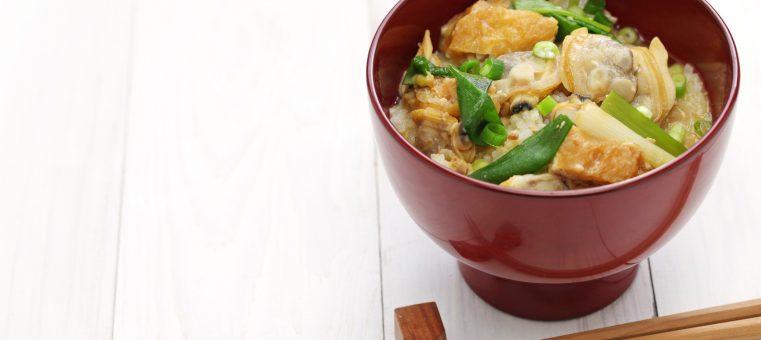 東京の下町料理で、深川めしはアサリやハマグリを煮こんでごはんにかけたものですが、品川めしはどんな魚介類を煮こんでごはんにかけたもの?