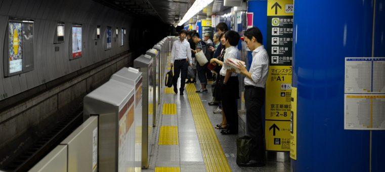 東京メトロ・乃木坂駅の発車メロディに使われている、乃木坂46の曲は何?