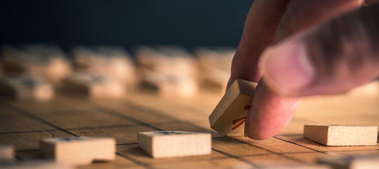 1月18日に日本将棋連盟会長の辞任を表明した棋士で、永世名人の称号を持つことで知られるのは誰でしょう?
